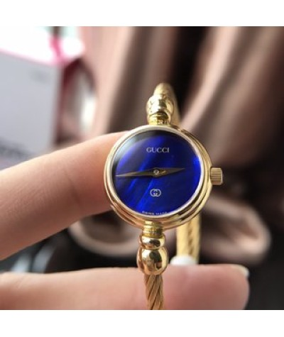 (suitable for wrists within 16 cm)               Gucci watch is a small round watch with a vintage gold bracelet and a Fritillaria face